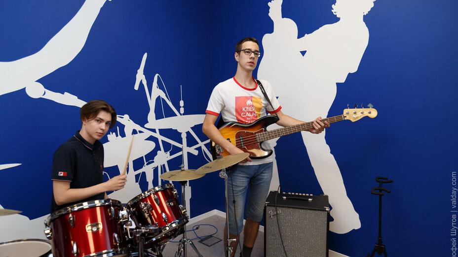 news article illustration, valdai youth centre, band playing, RU