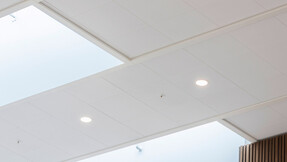 DK, Politiskolen, Vejle, Erik Arkitekter, Svend Christensen, Education, Reception, Rockfon Sonar, M-Edge, 600x600, white, zoom, close-up