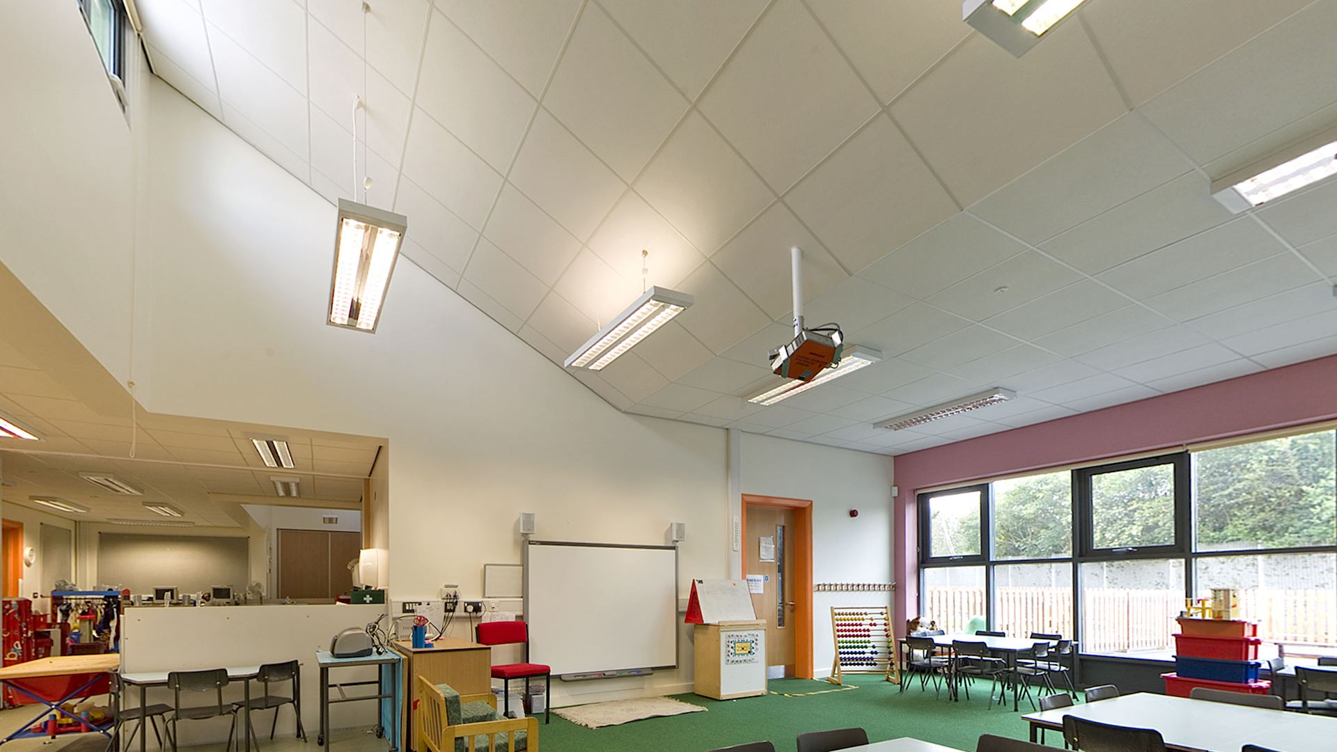 Acoustic ceiling in school with Rockfon Scholar ceiling tiles (BB93 Acoustics for Schools)